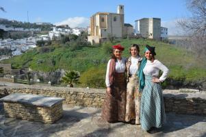 Marcia y las concejales Leo Linares y Virginia Villalón, ataviadas con ropas de la época. Foto: MARÍA GUZMÁN JIMÉNEZ