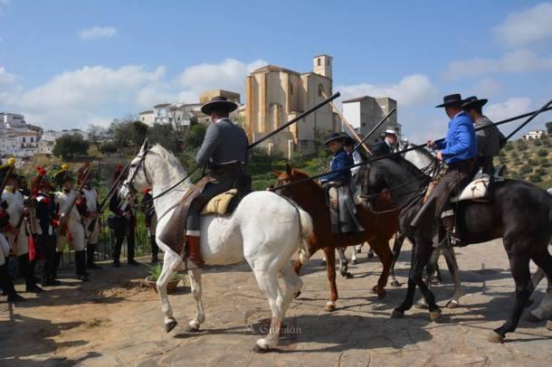 Imagen del espectáculo que dieron los garrochistas setenileños, con el pueblo de fondo. Un escenario por conquistar para Setenil. Foto: MARÍA GUZMÁN JIMÉNEZ.