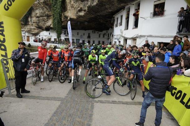 El pelotón más internacional de los últimos años se dispone a iniciar la etapa desde Las Cuevas del Sol, un marco único para la ronda. Foto: VUELTA CICLISTA ANDALUCÍA.