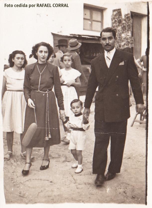 En esta imagen de la Plaza durante la Feria, aparece el conocido pintor cordobés Vicente Piernagorda (natural de Baena), quien vivió durante algún tiempo en Setenil y se casó con la setenileña Josefita la de Porras, que vivía en El Cantillo. Detrás aparece mi madre, Ana Parras, muy jovencita y comiendo alguna golosina. Esta imagen data de mediados de la década de los '50 del siglo pasado. Fotografía cedida por RAFAEL CORRAL Y CARMEN PEÑA.