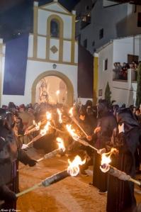"""Salida de La Soledad, acompañada por las """"antorchas"""". Foto: MARIO GARCÍA VARGAS"""