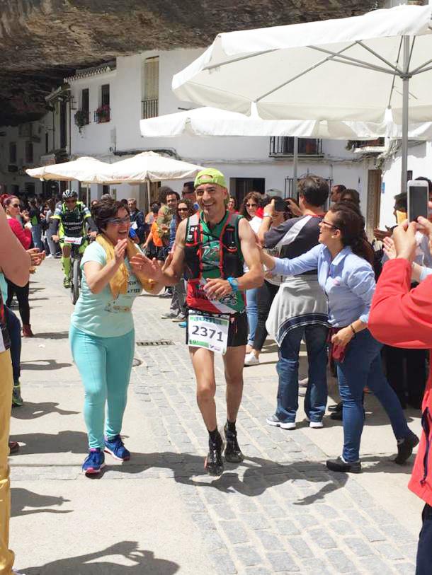 El espectacular y animado paso de la 101 Km por el epicentro de la carrera: Setenil. En la imagen, Cantajejo animado por Mari Rosario y Almudena entre otros muchos vecinos.