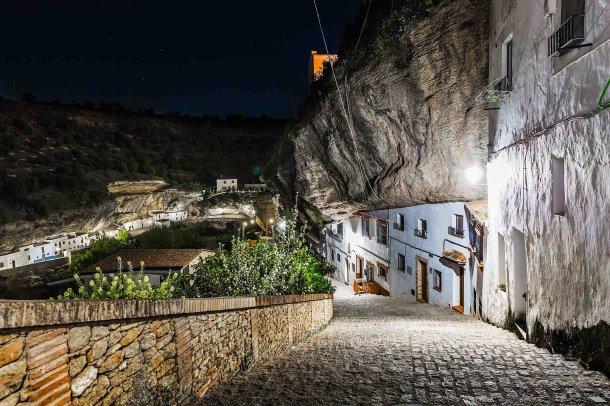 Calle Calcetas de noche, con la calle-cueva Las Cabrerizas enfrente. 18 de abril de 2017. Foto: IVAN ARIZA.