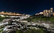 Perfil nocturno de Setenil desde el aparcamiento de La Granja. Foto: IVAN ARIZA.
