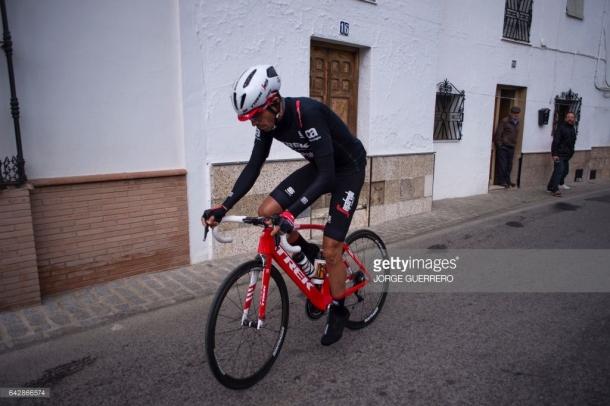 Contador se dirige a la salida de la carrera en Las Cuevas. Foto: JORGE GUERRERO (Gettyimges).