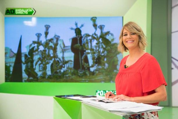 """Paz Santana, presentadora de """"Andalucía"""" Directo"""", durante una retransmisión de la Semana Santa. Foto: Canal Sur."""