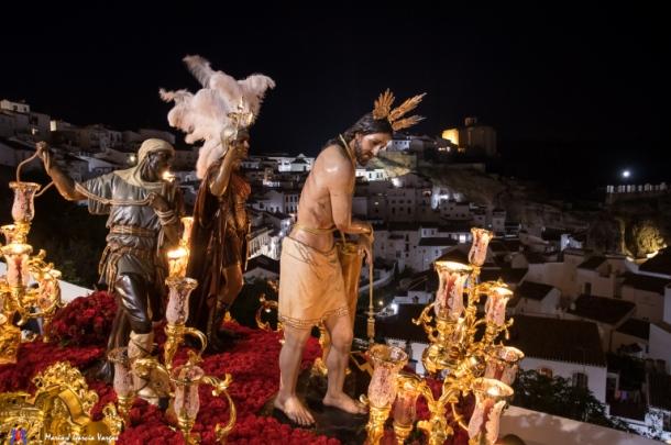 El Amarrao, procesionando por la Cantarería con la fortaleza de Setenil al fondo en 2017. Foto: MARIO GARCÍA VARGAS.