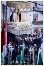 La Virgen de los Dolores, obra de Luis Álvarez Duarte, en la complicadísima salida de la Villa, que obliga al alarde anual de los hombres de tronos. Foto: MERCEDES CEBADA