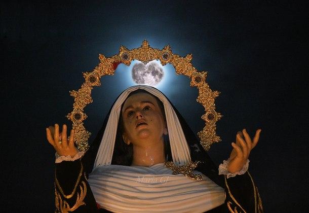 La Soledad, en una impresionante imagen en la noche setenileña. Foto: MARÍA GJ.