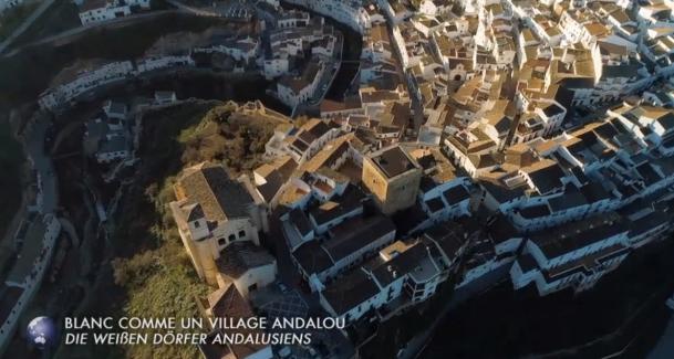 Vsta aérea, cenital, del cañón que hace el río Gualdaporcún a su paso por el pueblo.