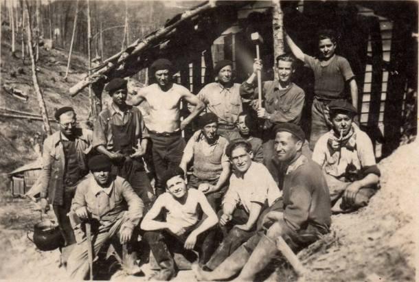 Tobalito, el segundo por la derecha en primer plano, junto a otros trabajadores españoles en Los Pirineos. Fue el germen del grupo que derrotó a los alemanes.