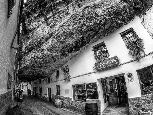 La Cueva del Ibérico, que regenta Daniel Camacho, está vinculada a la finca Las Mesetas. Es una abacería enclavada en las Cuevas de la Sombra, unos de los sitios más espectaculares de Setenil. En un ejemplo de economía circular, ofrece productos propios de su finca y otros productos gourmet de Setenil y de la provincia de Cádiz. Foto: Danielfi Nez https://flic.kr/p/PF6hKv