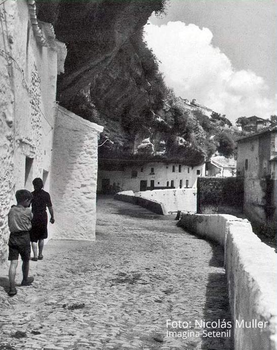 """""""Casas bajo las rocas en Setenil"""". Fotografía tomada por Nicolás Muller en 1967."""