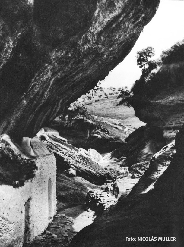 Las Cuevas Román estuvieron habitadas hasta mediados del siglo pasado. Un escenario geológico único. En la imagen observamos a una vecina cargando un burro. Foto: NICOLÁS MULLER
