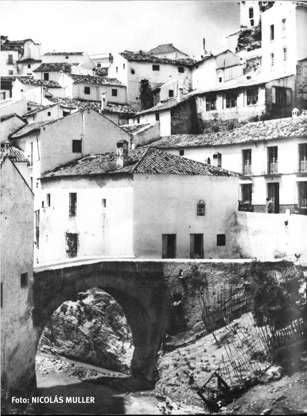 """El Puente de Triana. Publicada en """"España clara"""" (1966). Foto: NICOLÁS MULLER."""