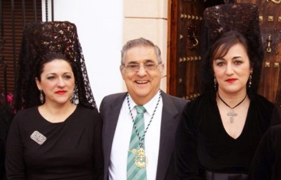 Rafael Corral, arropado por dos de sus hijas, Isabel María y Carmen.
