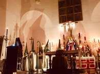 Un momento del pregón, con los penitentes blancos en el altar.