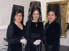 Isabel y Carmen Corral pasando el testigo de mantilla a Celia Cubiles Corral.
