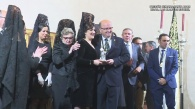 La pregonera Isabel María Corral posa con la junta directiva de Los Blancos al concluir su pregón.