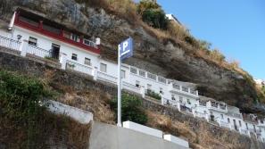 La calle-cueva Calañas, vecina del hotel, donde se encuentra el acceso en coche al aparcamiento de Los Caños.