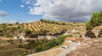 Vista desde el hotel a la calle-cueva Cabrerizas. Abajo se aprecia también el parking Los Caños.