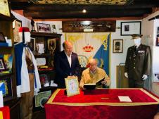 Paquili, firmando en el Libro de Honor de la Hermandad de Los Blancos, en presencia del Hermano Mayor, Sebastián Luque.