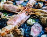 Arroz negro de gambones, salmonetes y calamaritos fritos.