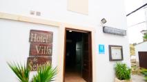 El acceso al hotel desde la Plaza de Andalucía y el Callejón.