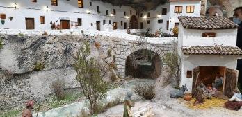 Las Cuevas del Sol y el Nacimiento recreado bajo el puente en el Belén de Fraga.