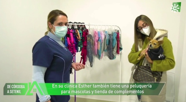 Cayetana posa con su dueña, Nazaret, y Esther Rivera en la clínica veterinaria, durante el reportaje emitido en Canal Sur TV.