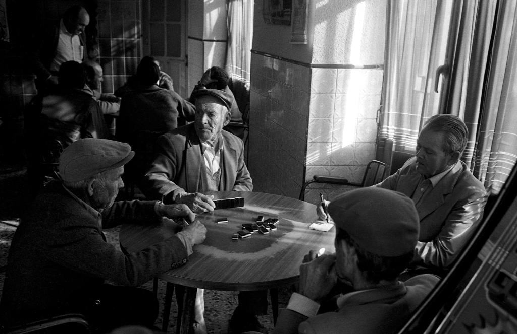 Dominó en el Bar Domínguez, una estampa habitual de las tardes en Setenil. En la imagen vemos, entre otros, a Juan Morilla, Juan Jiménez y Francisco Guzmán. Foto: JEAN PIERRE HAZÉE.