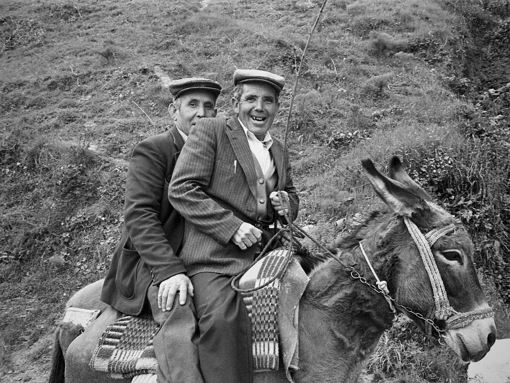 Los hermanos Francisco y Rafael González , los del Patronato. Los burros y mulos se veían con naturalidad por las calles de Setenil. Foto: JEAN PIERRE HAZÉE.