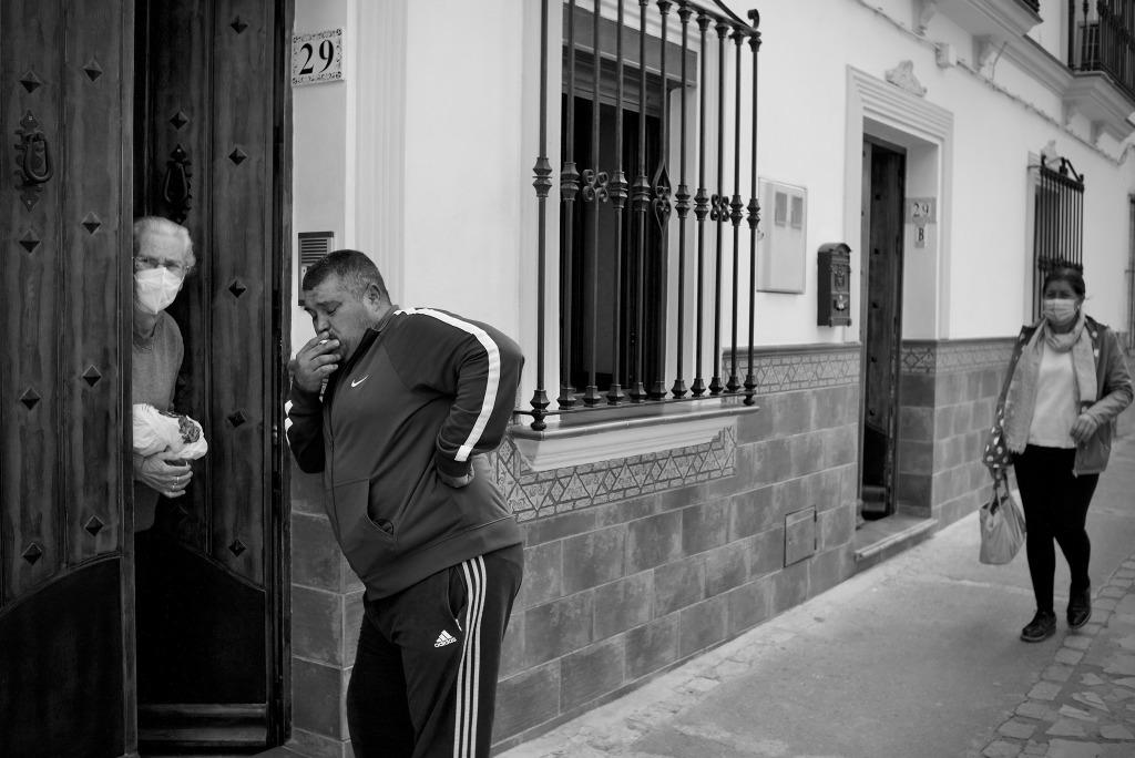 Paco el de Juanele conversa con su madre en actitud relajada. 2021. Foto: JEAN PIERRE HAZÉE.