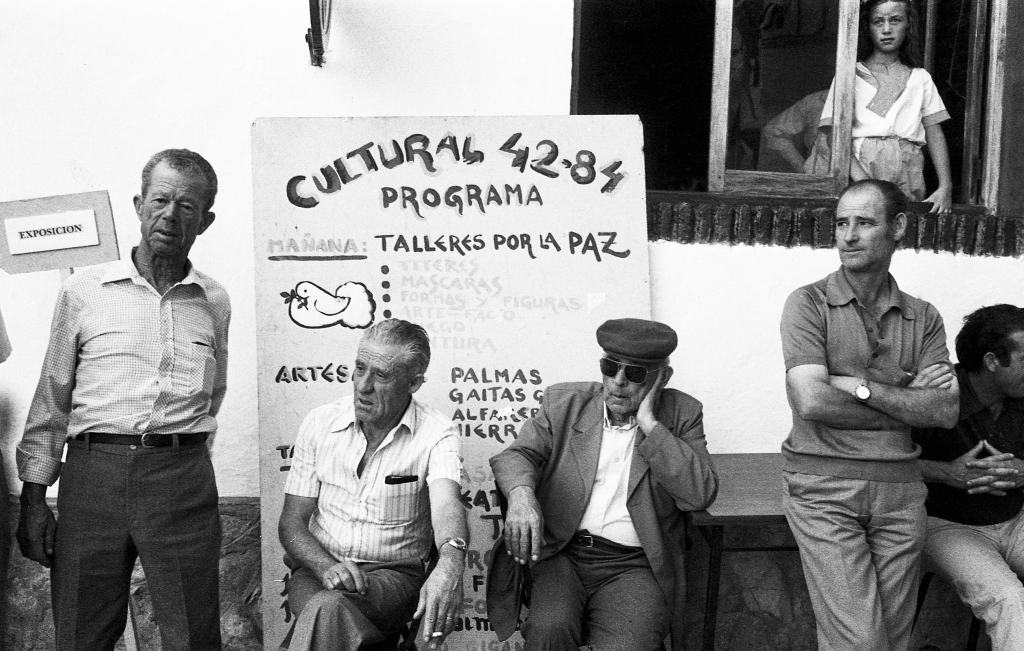 La esquina de La Justicia, uno de los lugares más concurridos de la Plaza. En la imagen vemos, entre otros, a Manuel Castaño, Antonio Ruiz y Francisco Gutiérrez. La niña de la ventana es Lidia Gutiérrez Valencia. Foto: JEAN PIERRE HAZÉE.