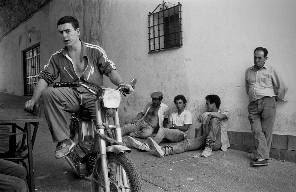 El Callejón era una bocanada de aire fresco en el verano. En primer plano vemos a Paco el de Teresa. Foto: JEAN PIERRE HAZÉE.