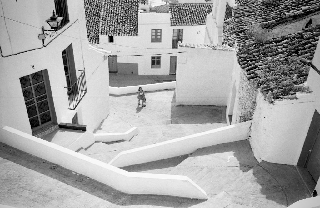Las escaleras de San Benito en los años '80, con esas preciosas albarrás, antEs de su transformación. Foto: JEAN PIERRE HAZÉE.