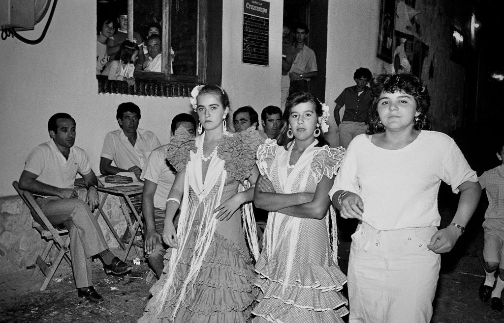 Durante muchos años la Feria de Agosto se celebró en la Plaza. En la imagen vemos a Carmen Domínguez y Reme González Troya vestidas de gitana. Foto: JEAN PIERRE HAZÉE.