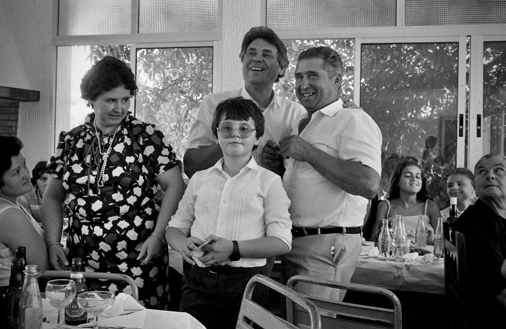 La familia Álvarez acogió a Jean Pierre Hazée en su casa de la calle Vilches. Aquí los vemos en una imagen de nuestro fotógrafo durante la comunión de Juan, en el centro. Foto. JEAN PIERRE HAZÉE.