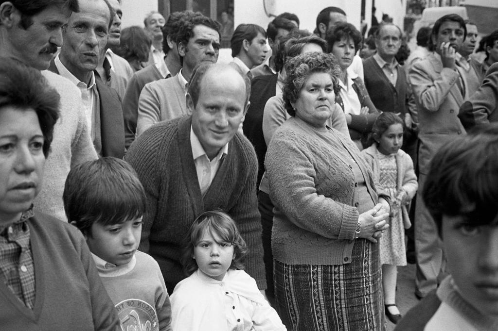 En la Plaza se agolpaban los vecinos para disfrutar de las bandas de música en Semana Santa. En la imagen vemos en primer plano a Sebastián González, Francisco Ruiz y su madre. Foto: JEAN PIERRE HAZÉE.