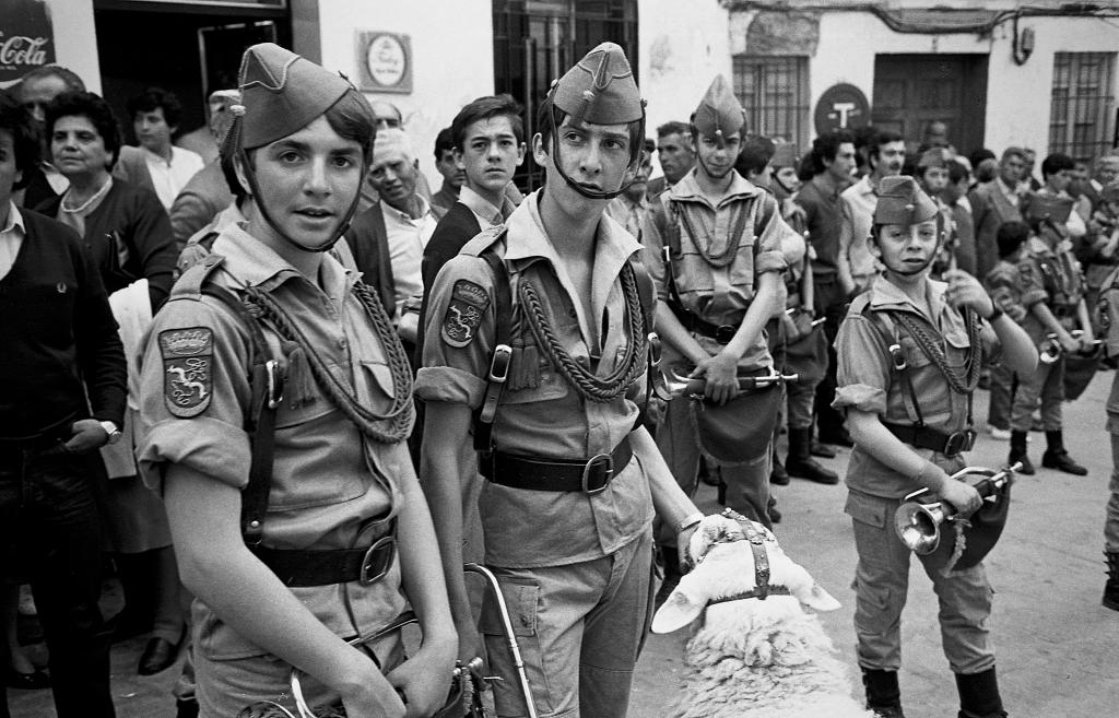 La banda de Setenil desataba pasiones en la Plaza durante su desfile. Aquí vemos en primer plano a Quico Troya, Antonio y Alonso Sánchez. Foto: JEAN IERRE HAZÉE.
