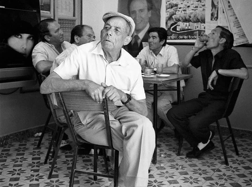 La hora del café en Bar Calvente en 1985. En primer plano el Tito, acompañado de Miguel el Barbero, Pepe Leotte, y los dos Frasquitos. Foto: JEAN PIERRE HAZÉE.