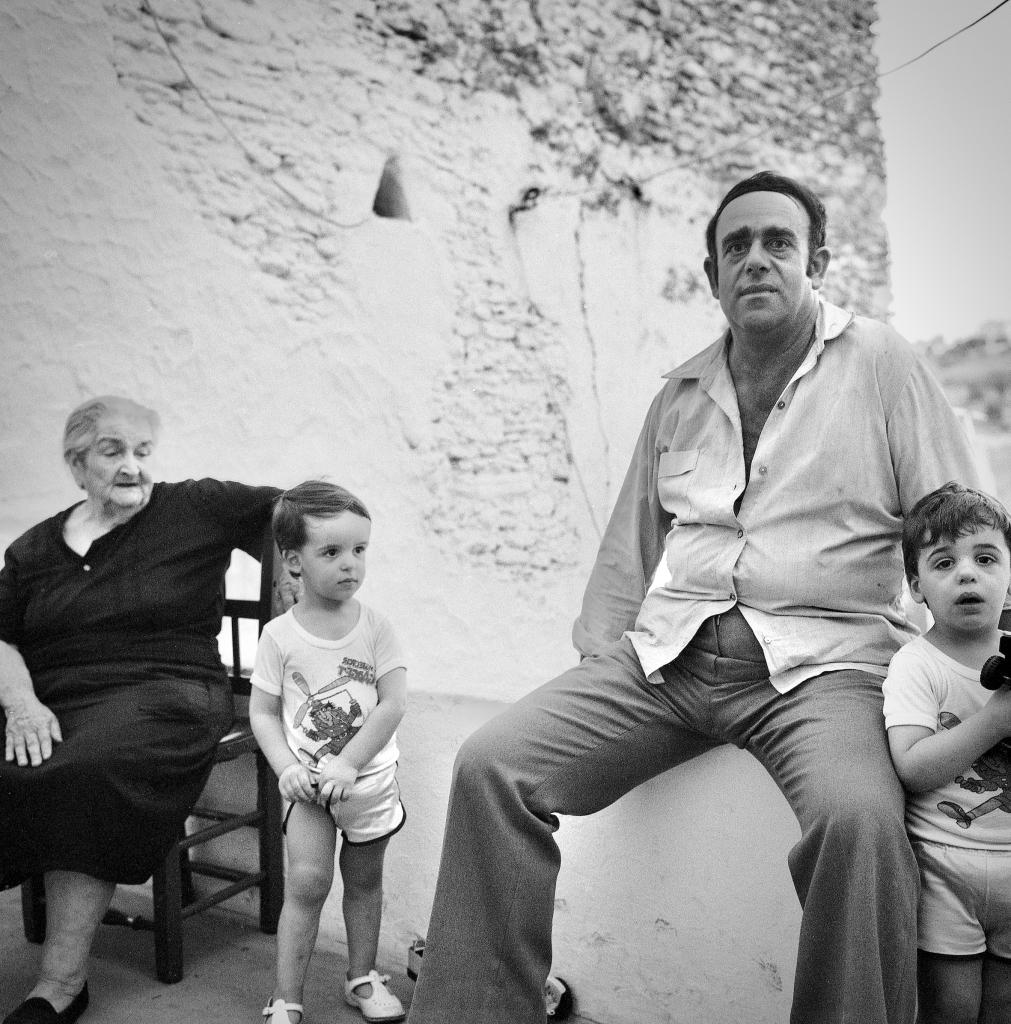 En la calle Vilches, donde se alojaba Jean Pierre Hazée, fotografió a Antonio González y sus dos hijos y Juanita. Foto: JEAN PIERRE HAZÉE.