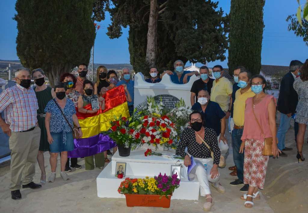 Algunos miembros de la Asociación de la Memoria de Setenil posan junto a la tumba.