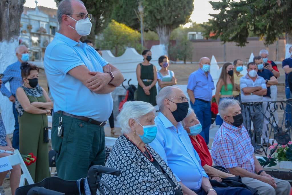 Familiares de las víctimas de la represión asisten al homenaje y la inhumación de los restos de la fosa de Setenil