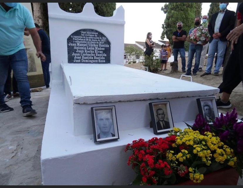 La tumba de los seis vecinos fusilados, tras ser tapada una vez colocados los restos humanos. En prime plano, las fotos de José de la Rosa, Juan Corbacho y Juan Manuel Vilches Bastida.