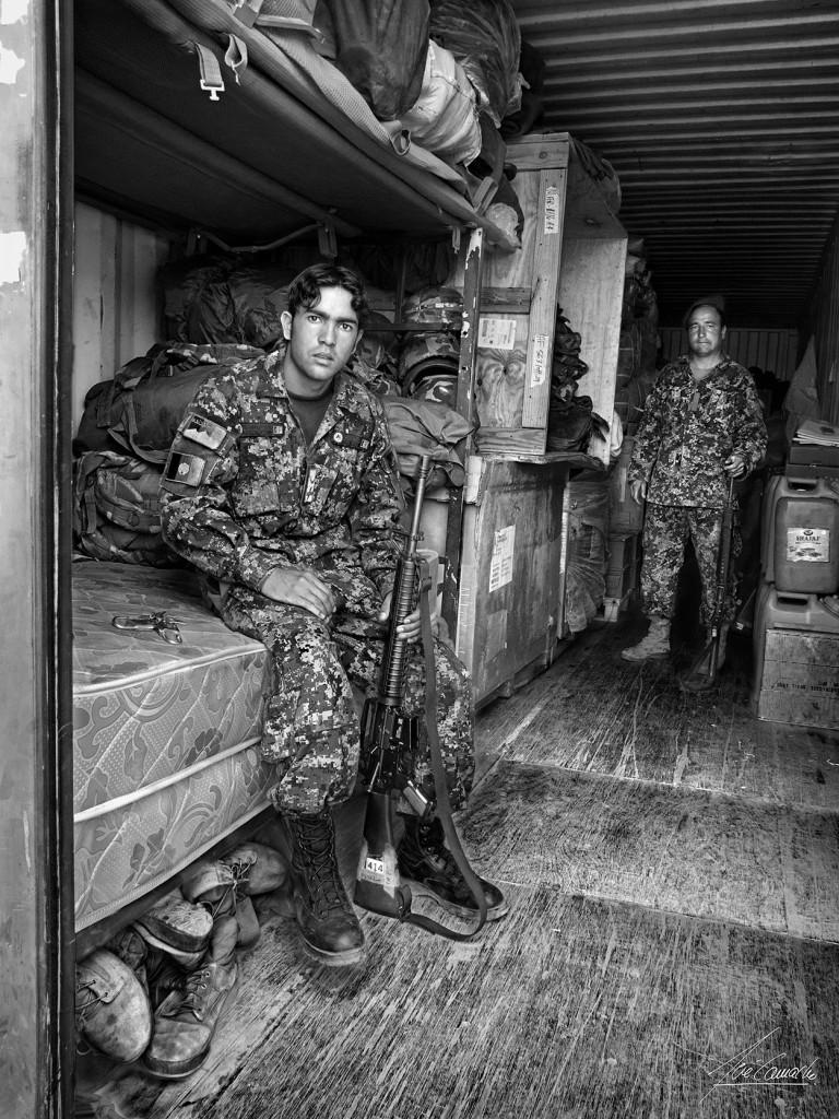 """""""El furriel. Tradicionalmente el furriel es el cabo o soldado encargado de los efectos y material de una compañía, es hombre de confianza de su Capitán. En este caso, por escasez de almacenes, vemos mezclados calzado, efectos personales y armamento""""."""