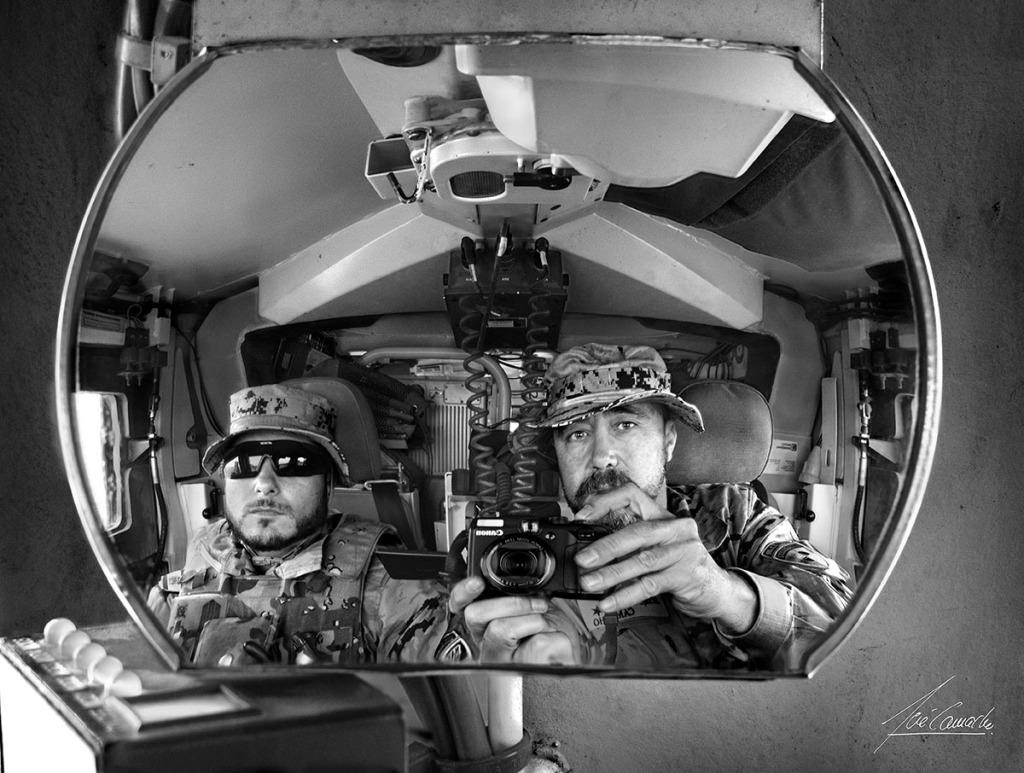 """""""Reflejo en el retrovisor. Retrato doble hecho en el espejo retrovisor del RG-31, nuestro """"Caballo de Batalla"""". En el interior de este vehículo, dependiendo de la misión, llegábamos a pasar muchas horas al día""""."""