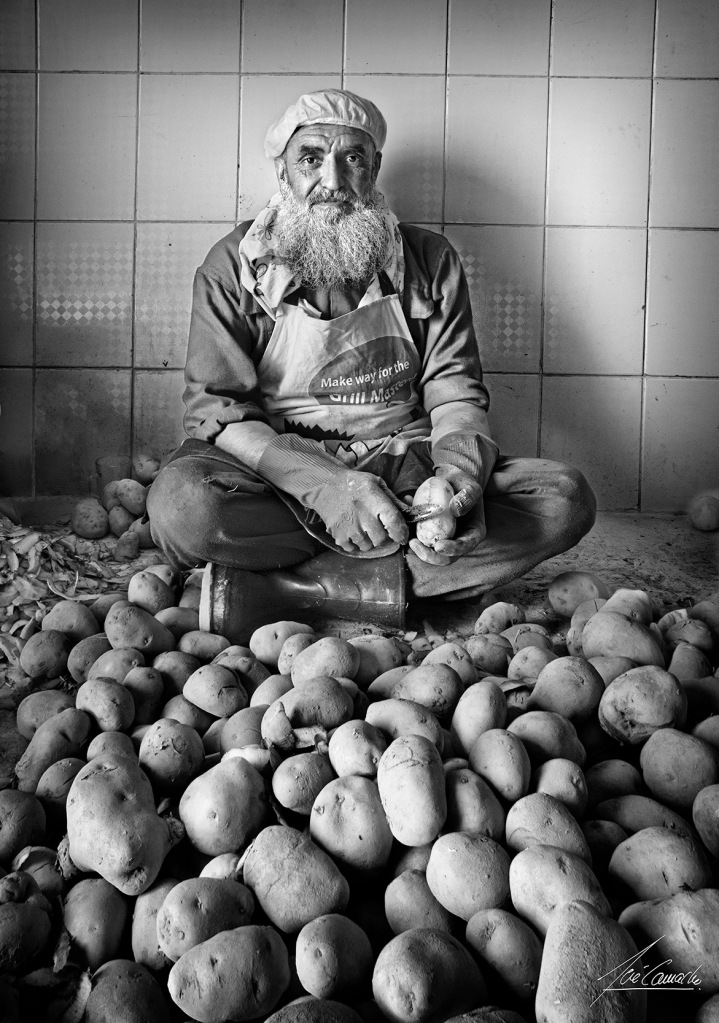 """""""Pelador de patatas Este hombre, trabajador civil en la cocina de Camp Zafar, junto a un compañero, se pasaba gran parte de su jornada de trabajo pelando patatas, no había máquinas, pero decían que tampoco las necesitaban, las patatas peladas a mano saben mejor""""."""