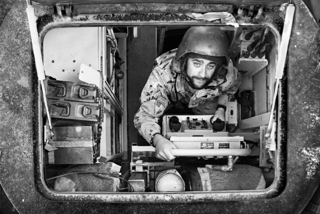 """""""El tirador Retrato del tirador del RG 31 hecho a través de la escotilla superior del vehículo""""."""