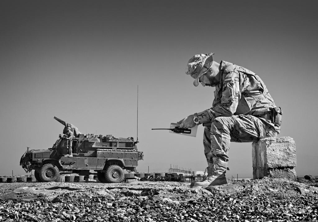 """""""El pensador. A lo largo de la jornada hay momentos de quietud para poder reflexionar. Al fondo un RG 31 en el entorno de Camp Zafar (campamento Afgano)""""."""
